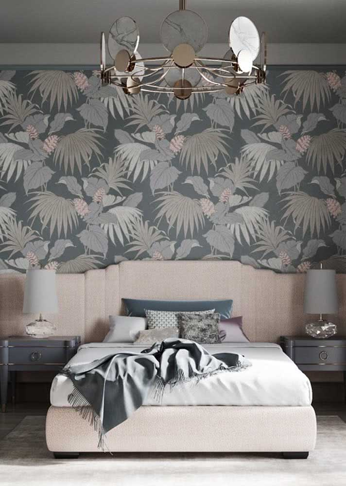 Papel de parede para quarto feminino com fundo azul e estampa de folhas e pássaros combinando com a cabeceira da cama