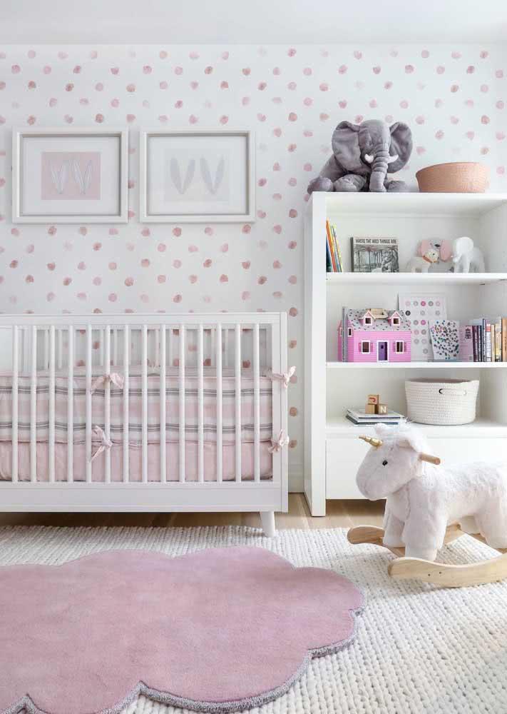Papel de parede para quarto de bebê feminino. A estampa de poá é delicada e lúdica