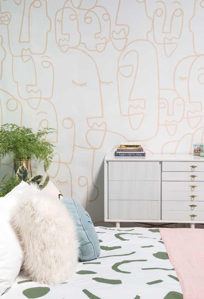 A estampa em cores neutras não interfere na composição do quarto