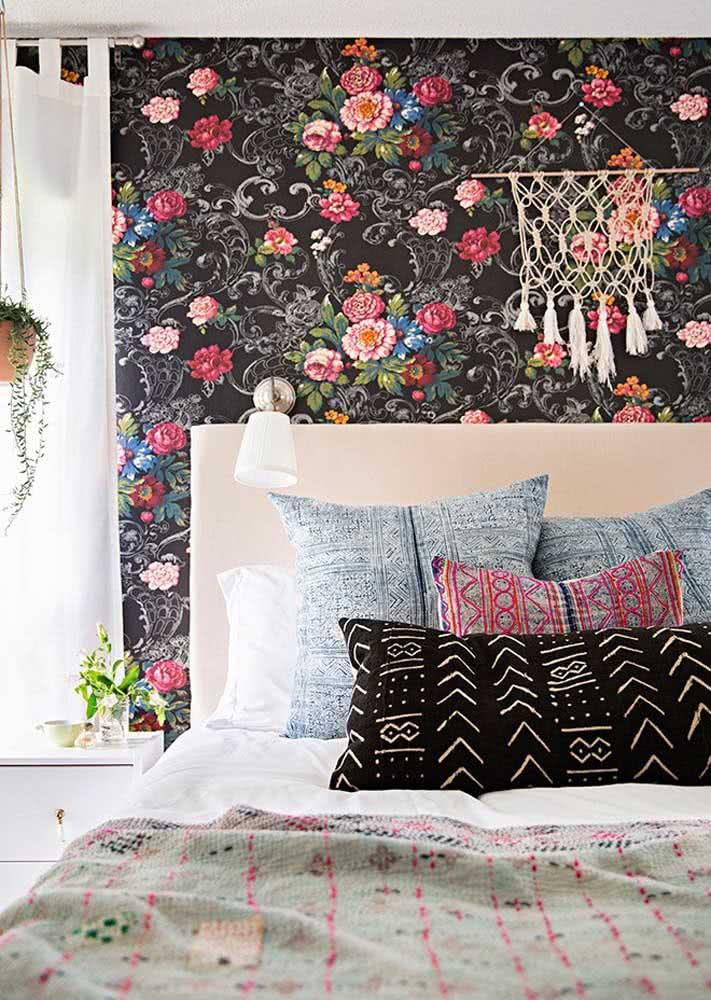 Que tal um papel de parede para quarto feminino com fundo preto?