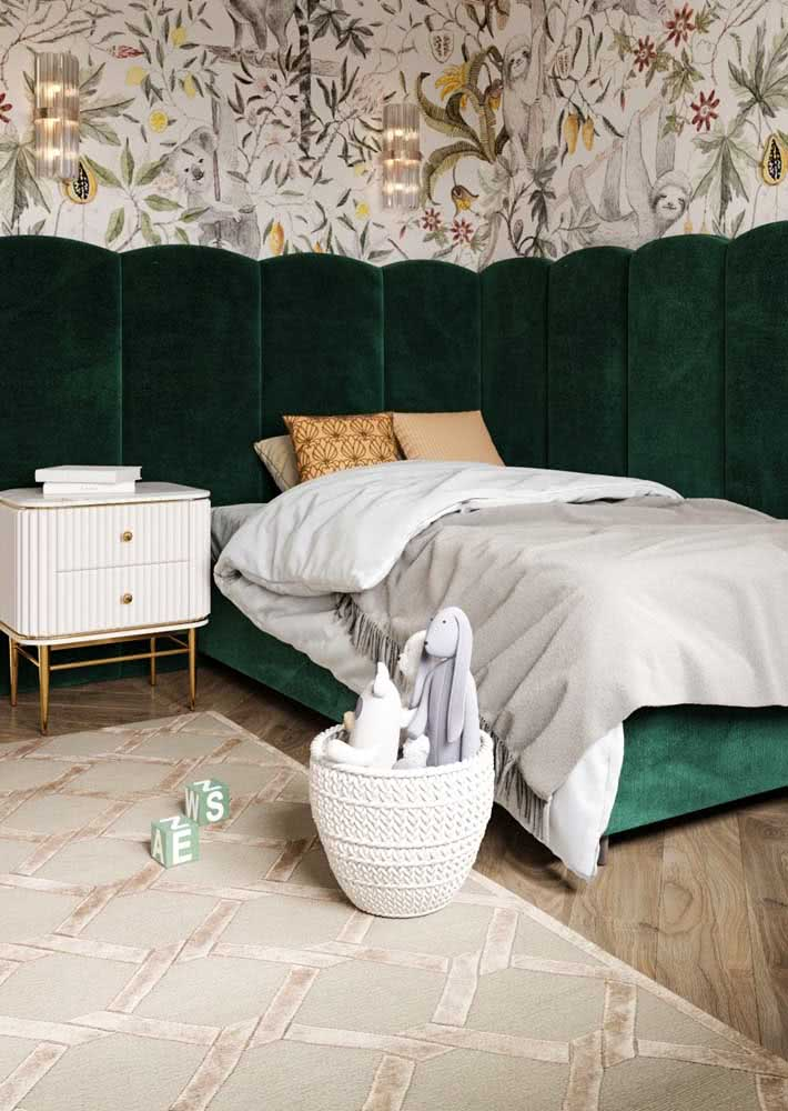 A nobreza do verde aveludado combinado ao papel de parede neutro, mas super estampado