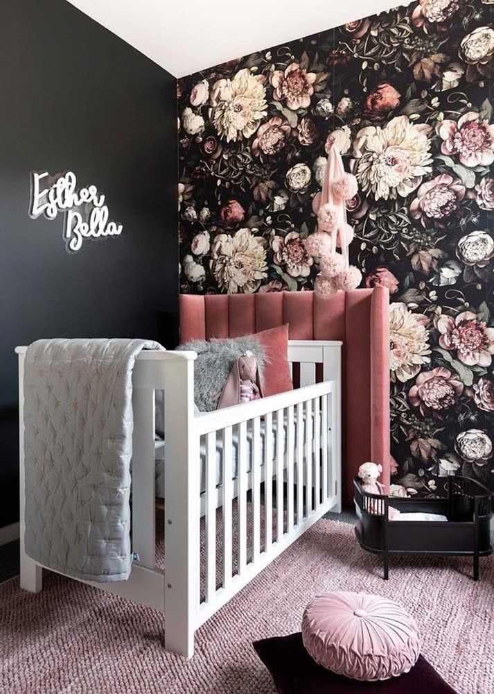 Aqui, a dica é usar um papel de parede para quarto de bebê feminino com estampa floral e fundo preto. Super original!