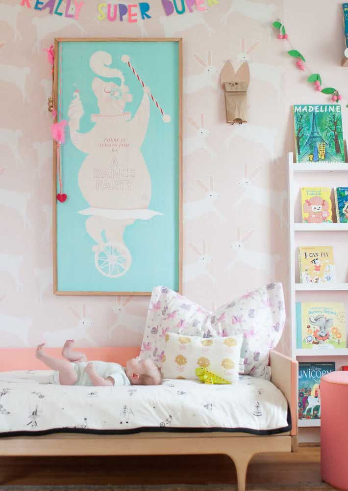 Papel de parede para quarto infantil feminino. A estampa traz delicados coelhinhos brancos