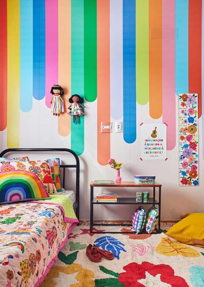 Um arco íris no papel de parede infantil feminino