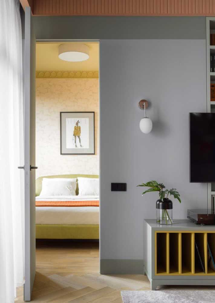 A sala de tons sóbrios destaca o papel de parede para quarto feminino moderno