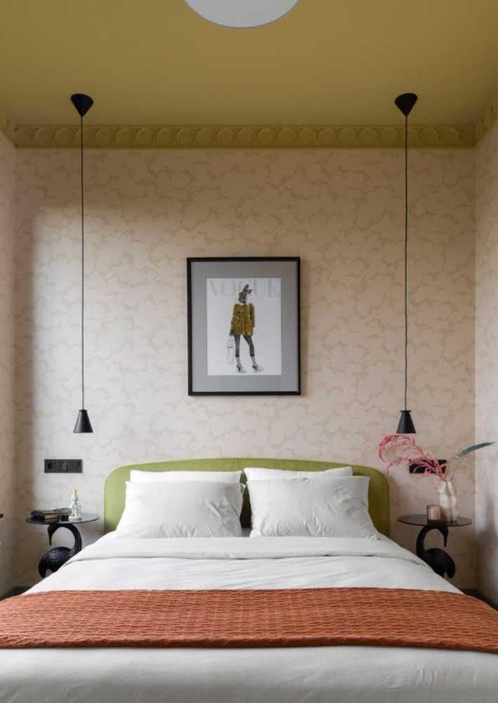 Repare que a estampa neutra do papel dá espaço para as outras cores do quarto