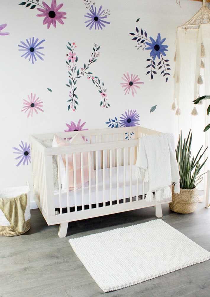 Papel de parede para quarto feminino moderno e juvenil com fundo branco e flores alegres na estampa