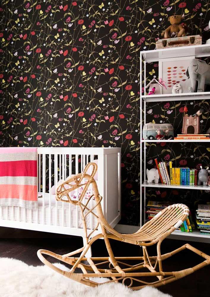 Quem disse que papel de parede feminino de fundo escuro não pode ser usado em quarto de bebê?