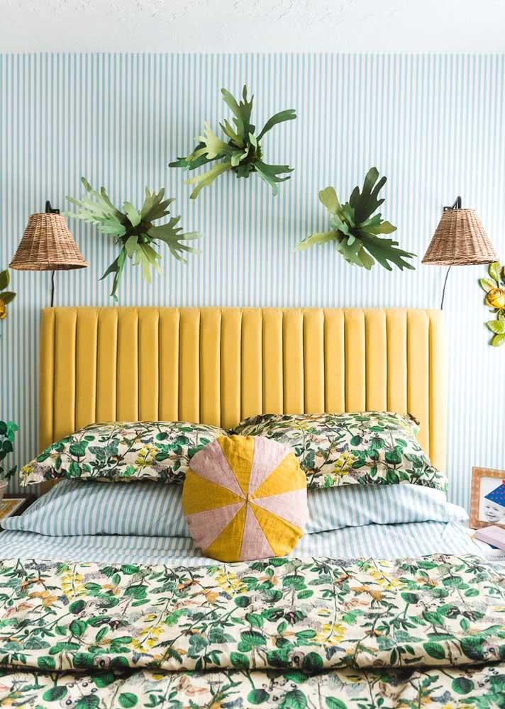 Papel de parede listrado para quarto feminino combinando com a roupa de cama