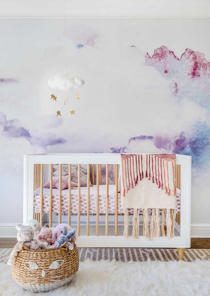 Que tal uma aquarela no papel de parede para quarto infantil feminino?