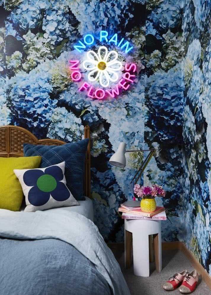 O papel de parede para quarto feminino ficou completo com o letreiro neon