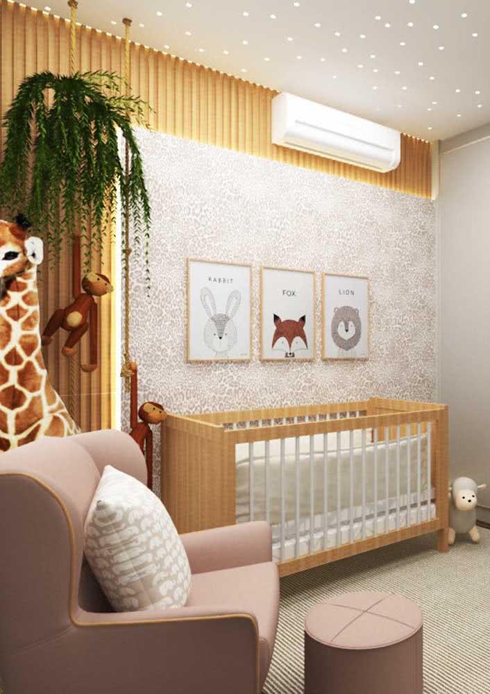 Papel de parede para quarto de bebê 3D combinado ao painel ripado de madeira