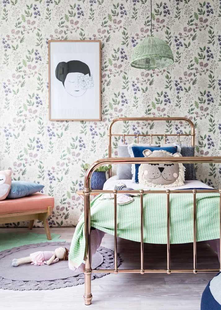 Harmonize as cores do papel de parede feminino com as cores da decoração do quarto