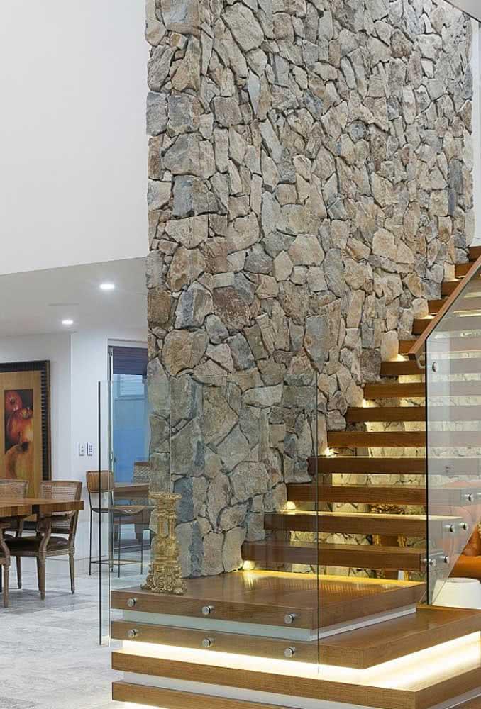 Que tal um muro de pedra rústica dentro de casa?