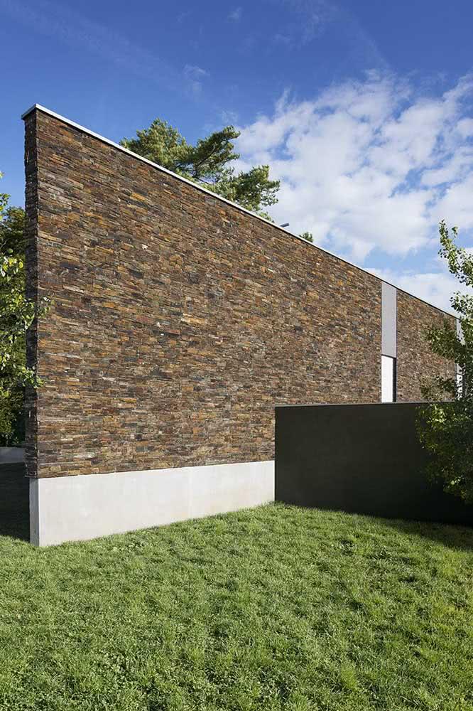 Muro de pedra ferro para delimitar as áreas do terreno