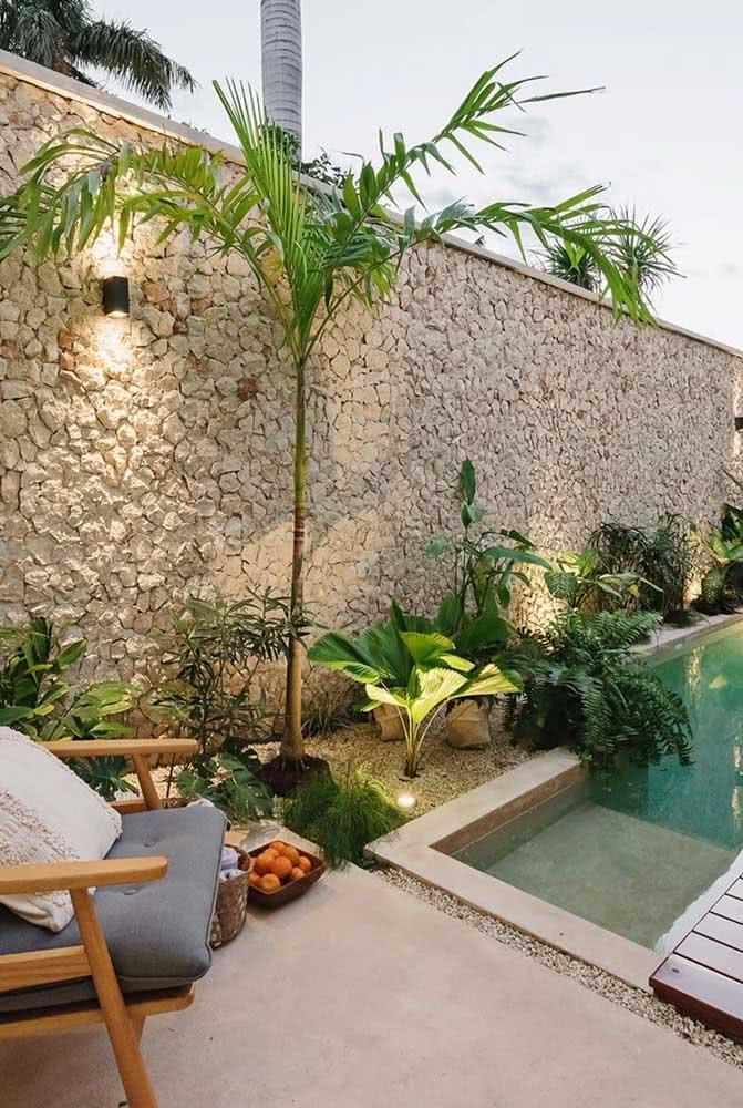 Muro revestido de pedra portuguesa: clima acolhedor em volta da piscina
