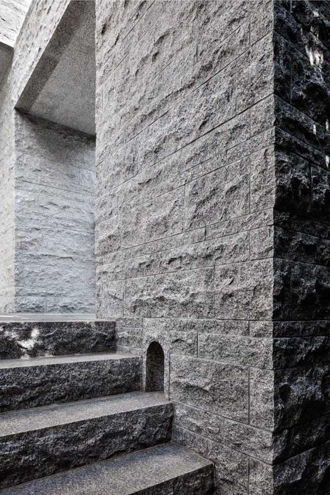 Muro com pedra Miracema. O tom acinzentado da pedra casa perfeitamente com arquiteturas modernas