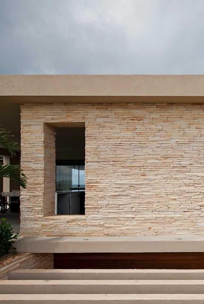 Muro revestido com pedra São Tomé em filetes: versão mais sofisticada