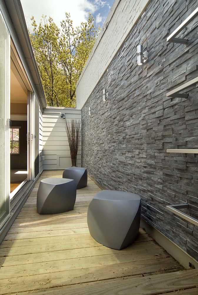 Muro revestido de pedra ardósia cinza em um projeto arquitetônico moderno