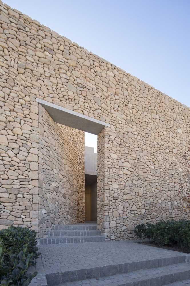 Muro de pedra balão na fachada da casa: rústico e imponente, como uma muralha