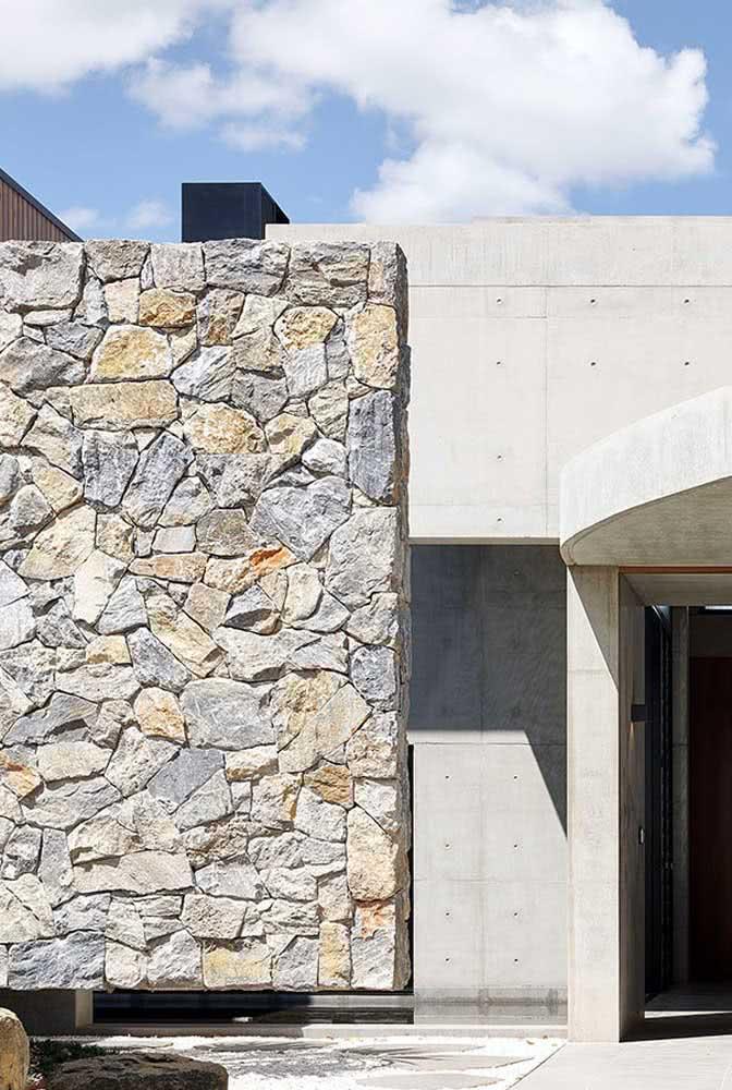 A casa de arquitetura moderna ficou completa com o muro de pedra balão
