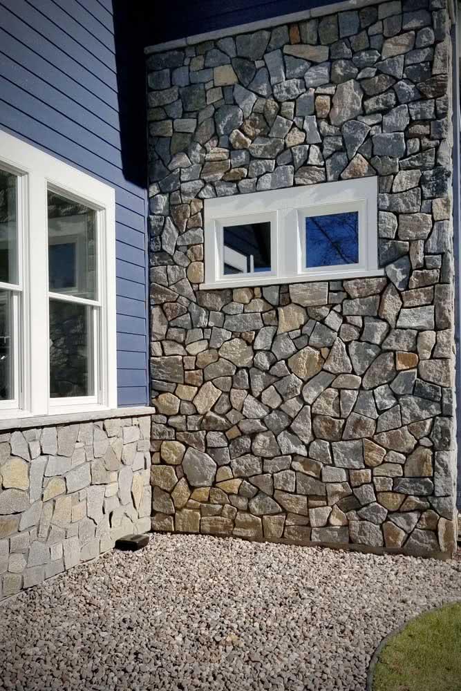 Muro revestido de pedra balão na entrada da casa