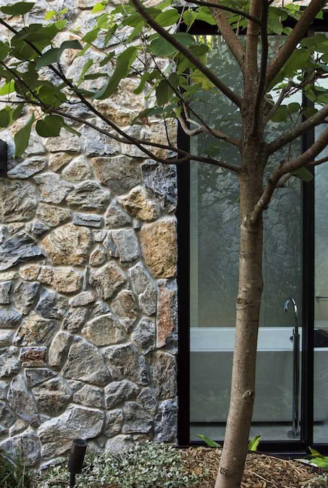 Muro de pedra Pirenópolis na fachada externa da casa de arquitetura moderna