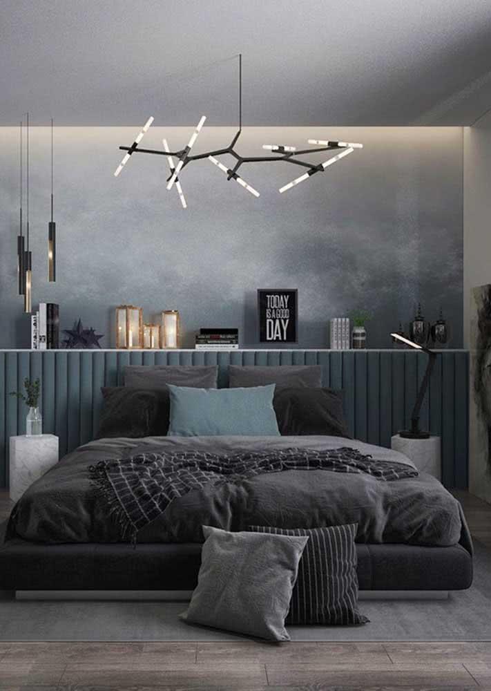 Decoração de quarto de casal masculino com papel de parede esfumaçado.
