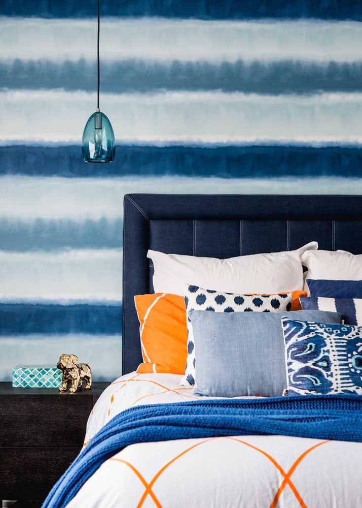 Papel de parede para quarto de casal masculino com listras: diferentes tons de azul com degradê entre eles.