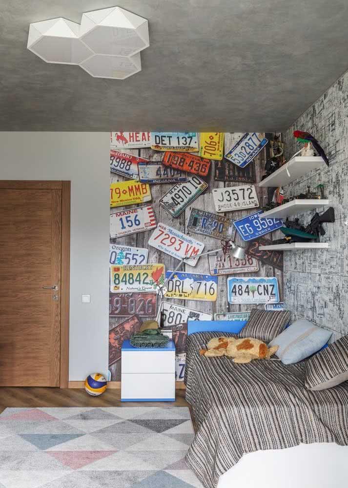 Road explorer: papel de parede com placas de automóveis para os fãs da aventura do pé na estrada.