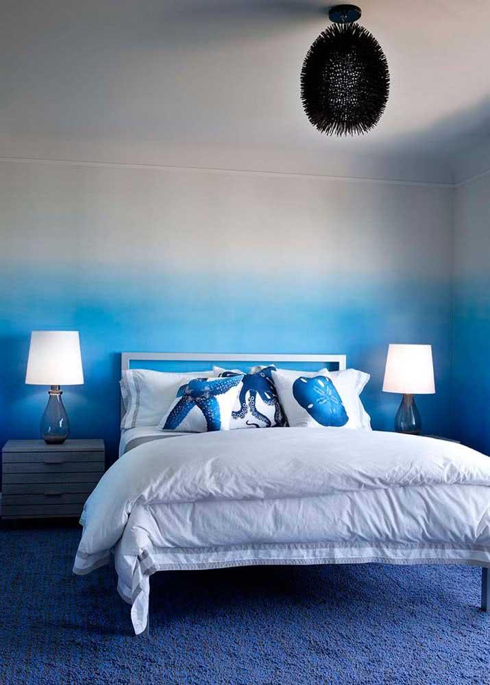 Quarto azul: aqui o papel de parede leva um belo degrade entre o azul e o branco. Do piso ao teto!