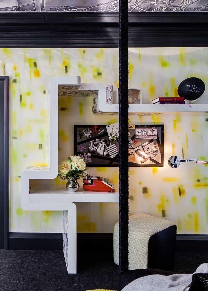 Papel de parede amarelo para quarto de casal masculino.