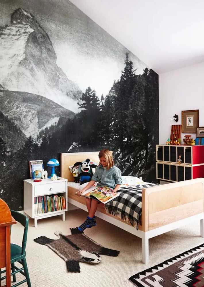 Trazendo a natureza para o ambiente: quarto infantil com papel de parede preto e branco com ilustração das montanhas e da floresta.