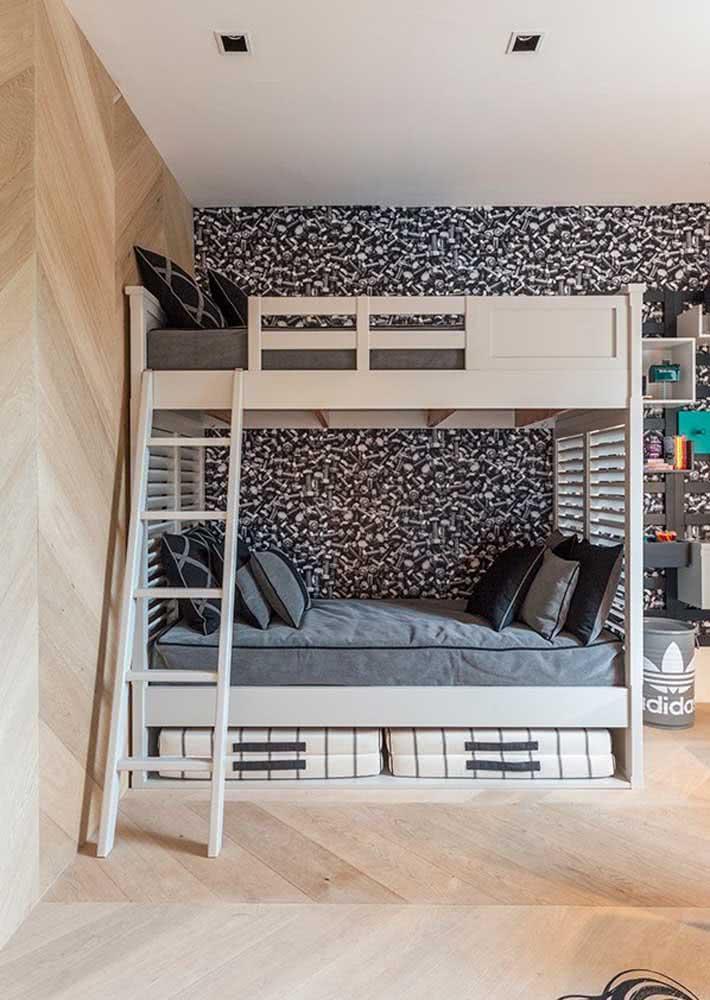 Papel de parede preto para quarto infantil com beliche de madeira.