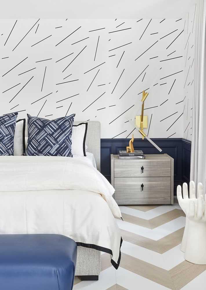 Traços diagonais e não-lineares em papel de parede branco para quarto de casal masculino azul.