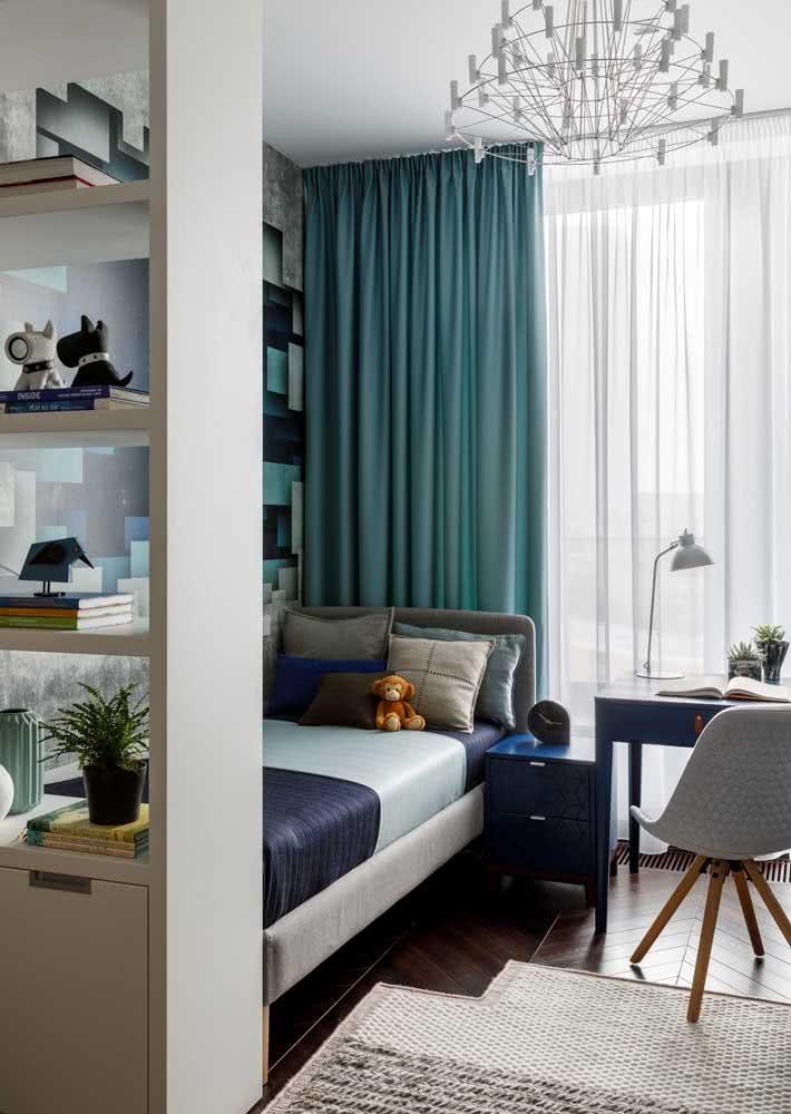 Um belíssimo quarto de solteiro masculino com papel de parede.