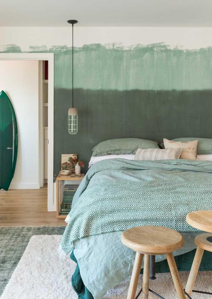 Papel de parede com duas tonalidades de verde em quarto de casal aconchegante.