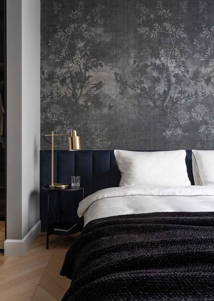 Papel de parede preto e branco para quarto de casal com decoração masculina e intimista.