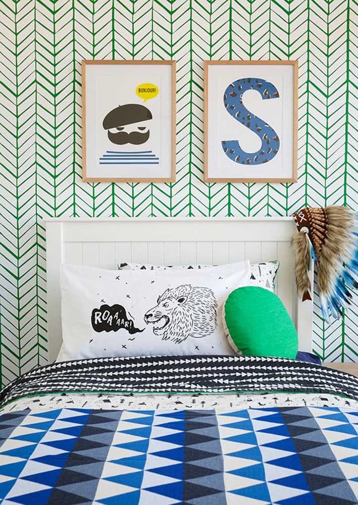 Decoração de quarto infantil de menino com papel de parede com desenhos em linhas verdes.