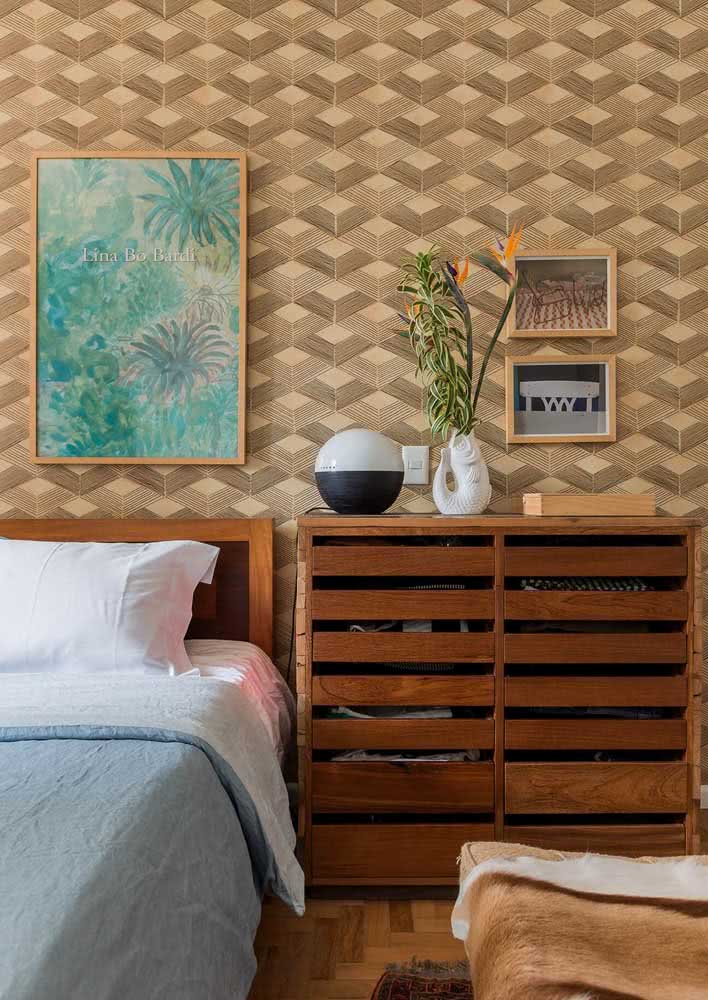 Tons de palha: este papel de parede remete a madeira em traços geométricos.