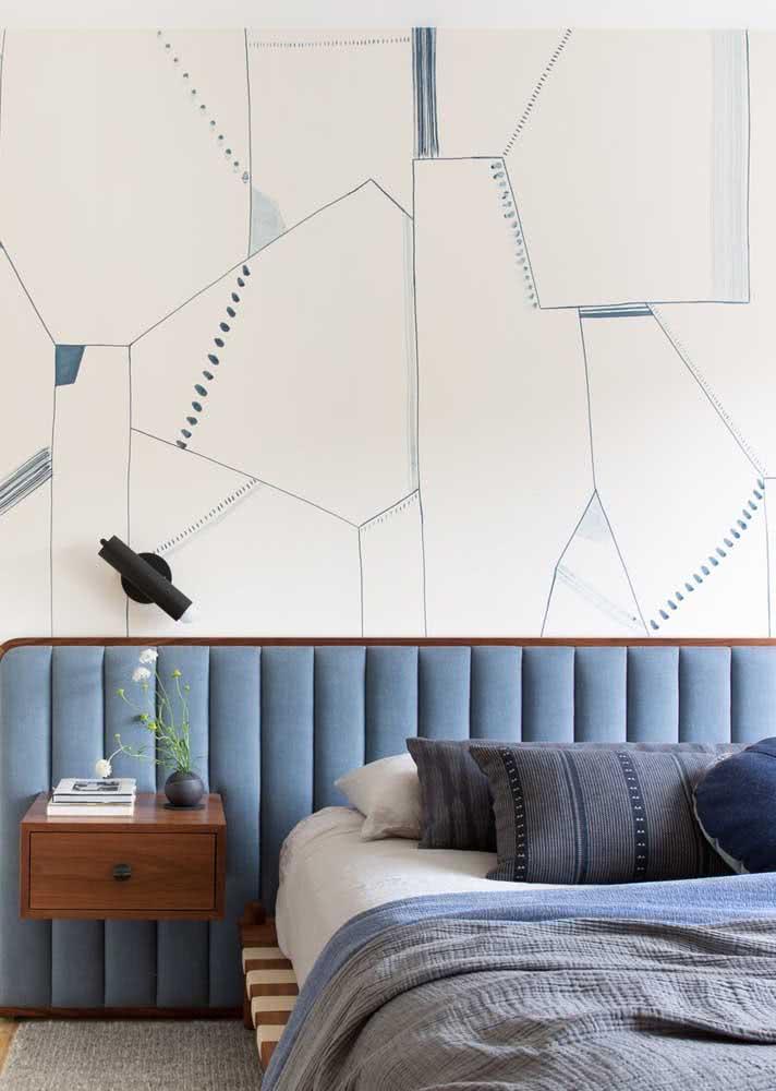 Papel de parede com fundo branco e desenhos com traços azuis