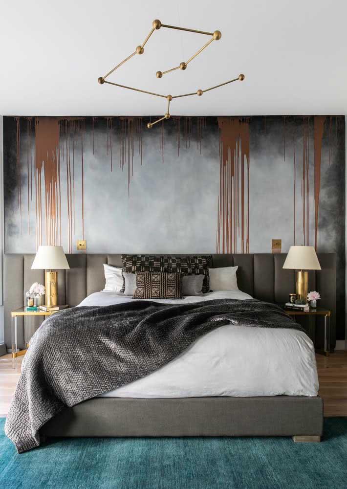 Decoração de quarto de casal masculina com papel de parede esfumaçado.