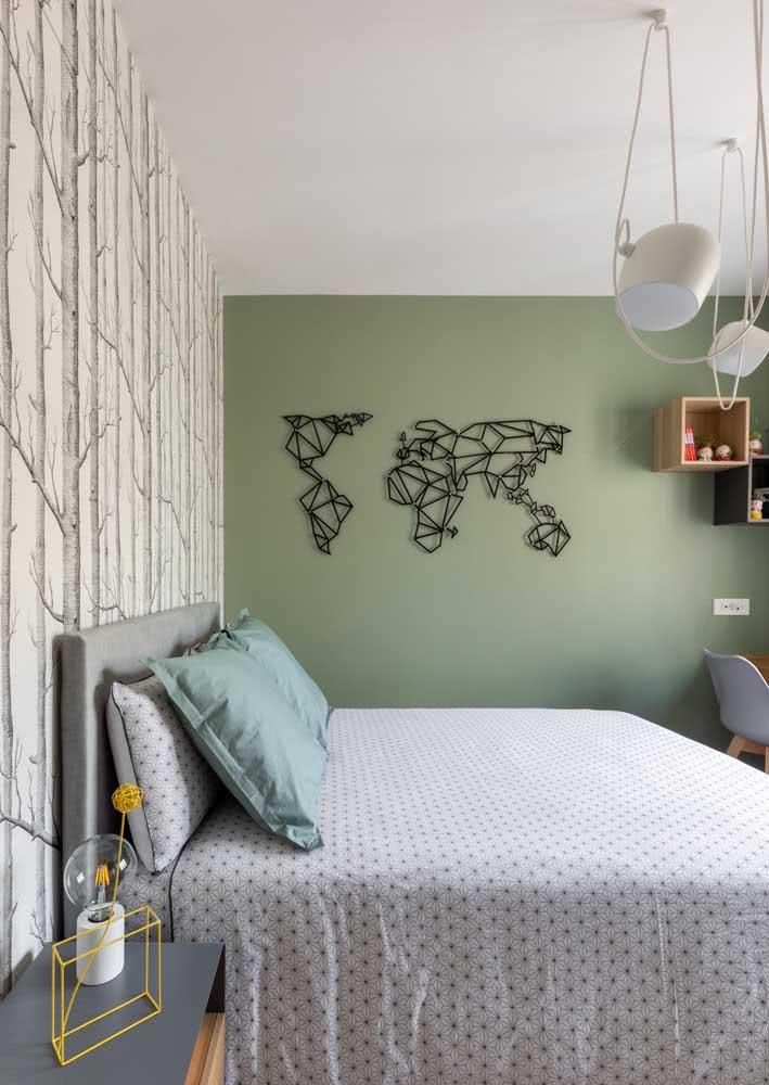 Quarto de casal pequeno com papel de parede de ilustração da floresta.