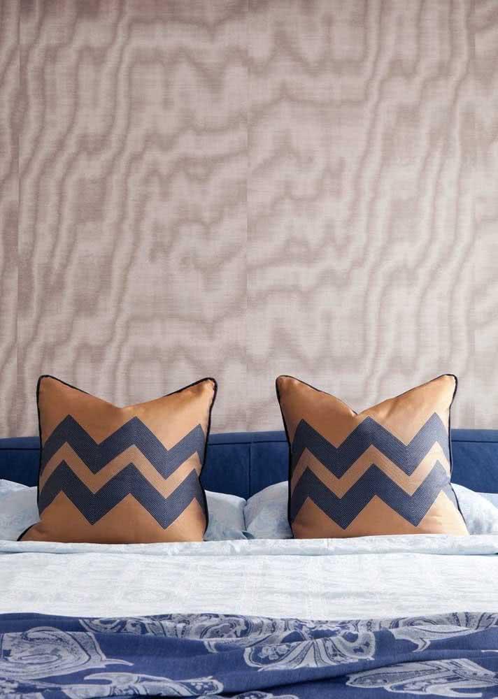 Papel de parede abstrato em quarto de casal masculino.