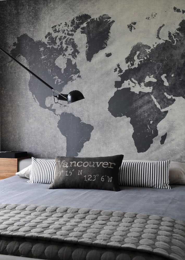Outro exemplo incrível com o mapa mundi em um quarto de casal masculino.