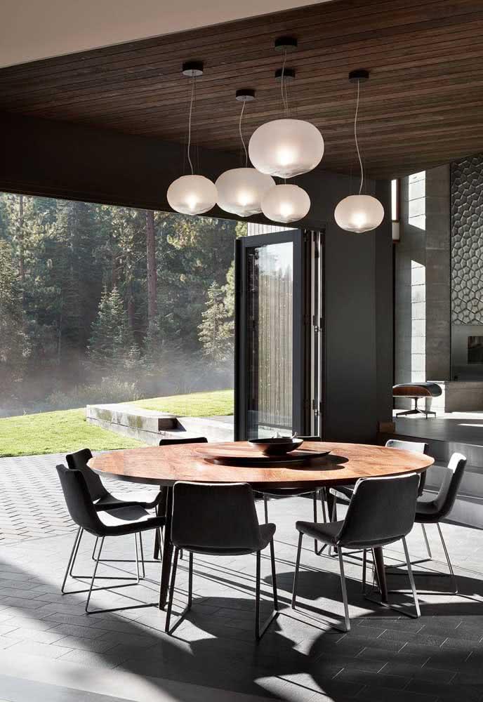 Mesa redonda com tampo de madeira e base metálica: composição moderna combinando com o ambiente