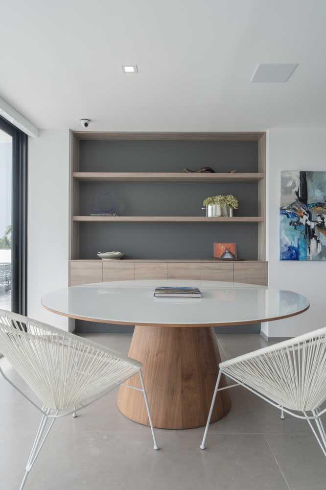 O que acha de combinar uma dupla de cadeiras Acapulco com a mesa redonda de jantar?