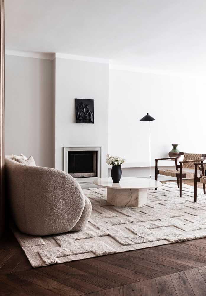 Um luxo essa mesa de centro redonda em mármore combinando com o estilo clean da sala de estar