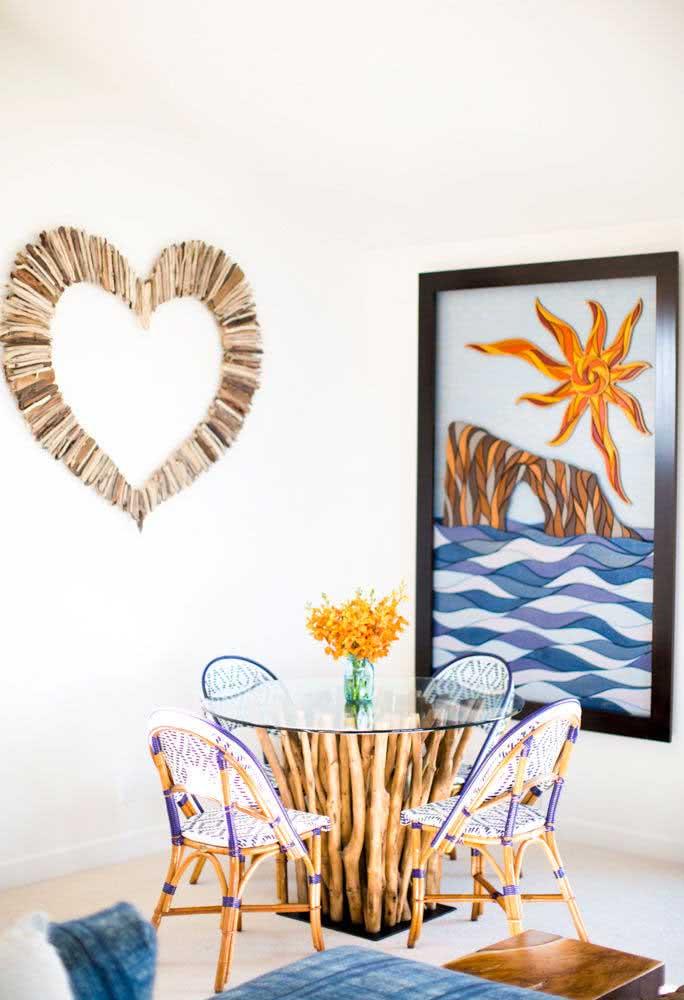 Mesa redonda de vidro com base de madeira. Clima praiano na decoração