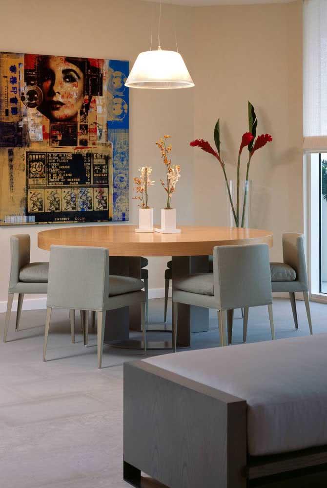 Sala de jantar grande com mesa redonda seis lugares